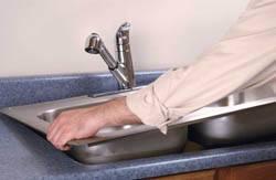 Сантехник в Тольятти. Услуги сантехника – установка раковины на кухне. город Тольятти